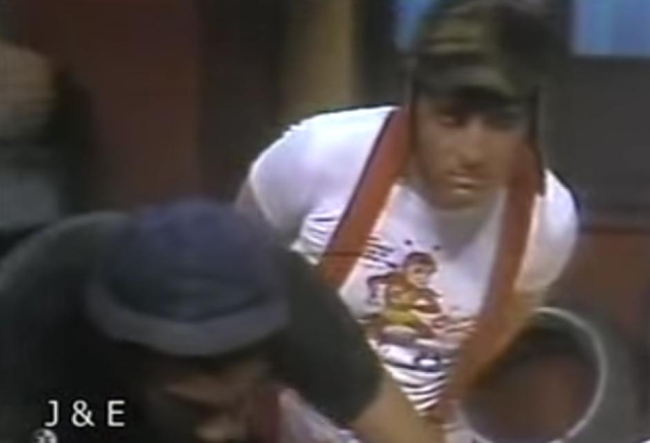 El Chavo del 8 aparece sin su tradicional playera a rayas. (Imagen: Captura de pantalla)