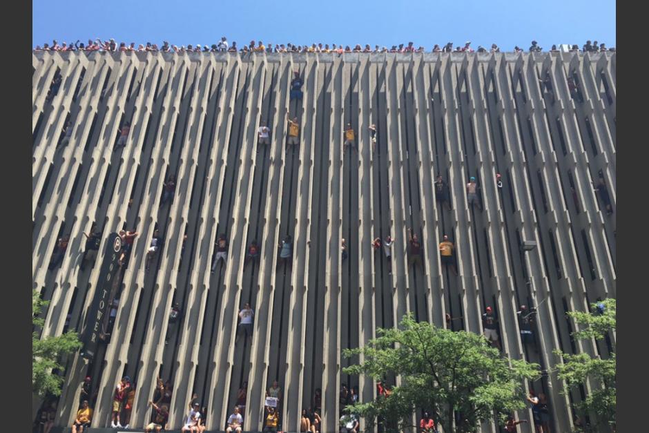 Los aficionados escalaron este edificio como pudieron (Twitter)
