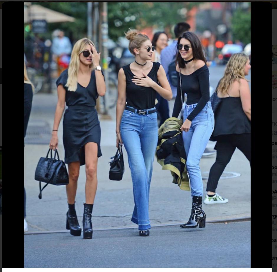 Sin inhibiciones, Jenner caminaba junto a sus amigas por las calles mientras era perseguida por los fotógrafos. (Foto: Twitter)
