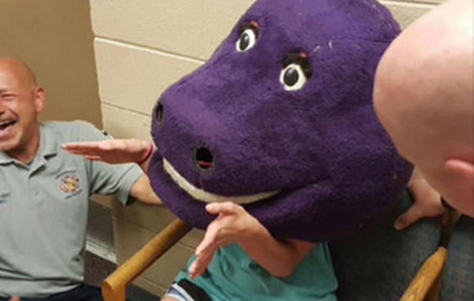 Una adolescente quedó atrapada en una cabeza de Barney que pertenecía a un disfraz