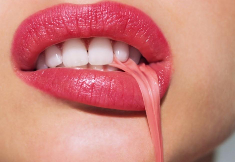 La goma de mascar en realidad no se queda atorada en el estómago.