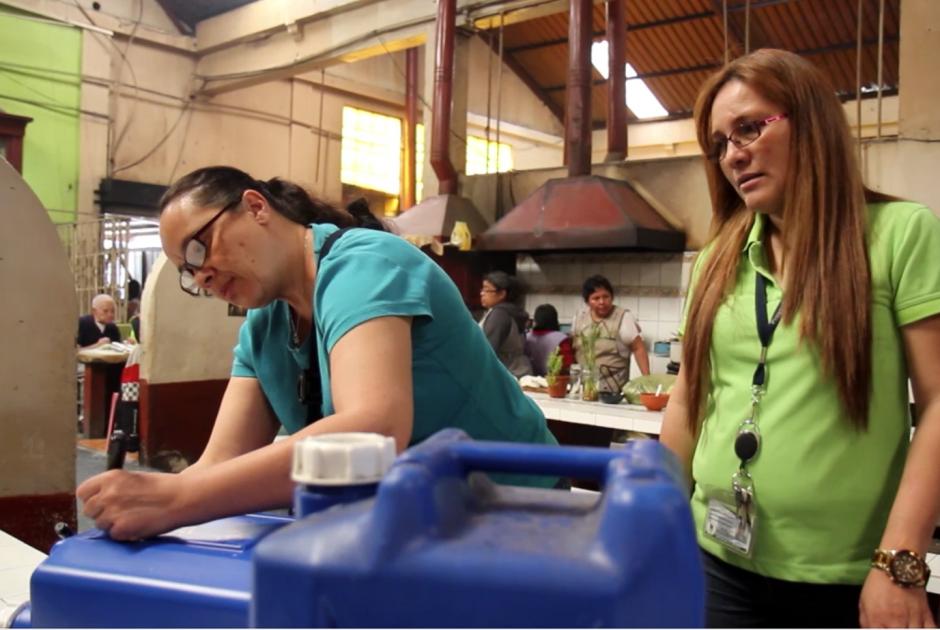 El programa entrega canecas a los comedores para que depositen el aceite utilizado en la cocina. (Foto: Municipalidad de Guatemala)