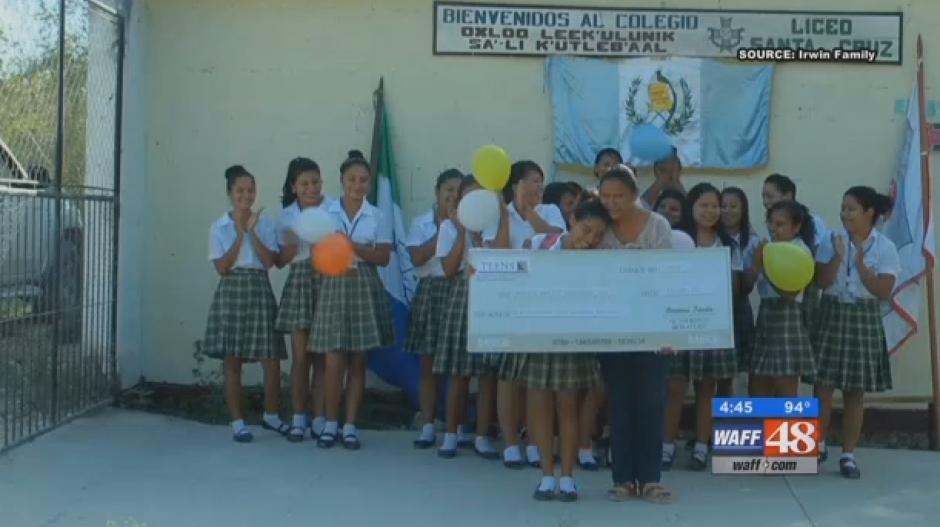 Eunice recibió un aporte monetario que servirá para pagar sus estudios de diversificado. (Captura de wtvm.com)