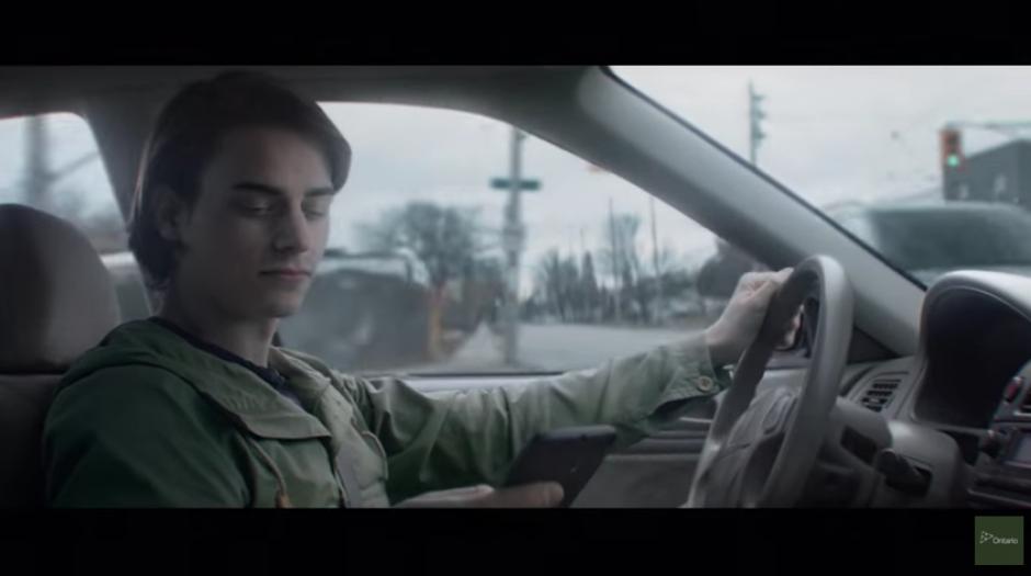 La campaña busca llegar a los jóvenes para sensibilizarlos sobre el uso del celular mientras conducen. (Captura Youtube)