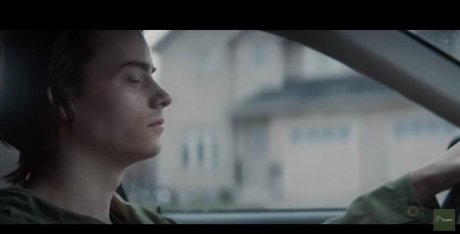 El protagonista se distrae facilmente al recibir un mensaje en su teléfono. (Captura Youtube)