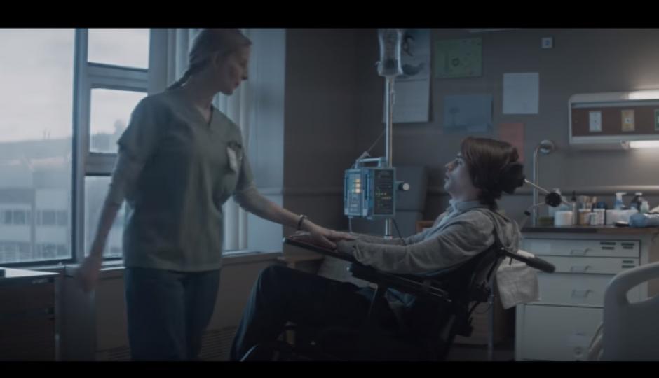 La siguiente escena, muestra al conductor en el hospital en un estado crítico. (Captura Youtube)