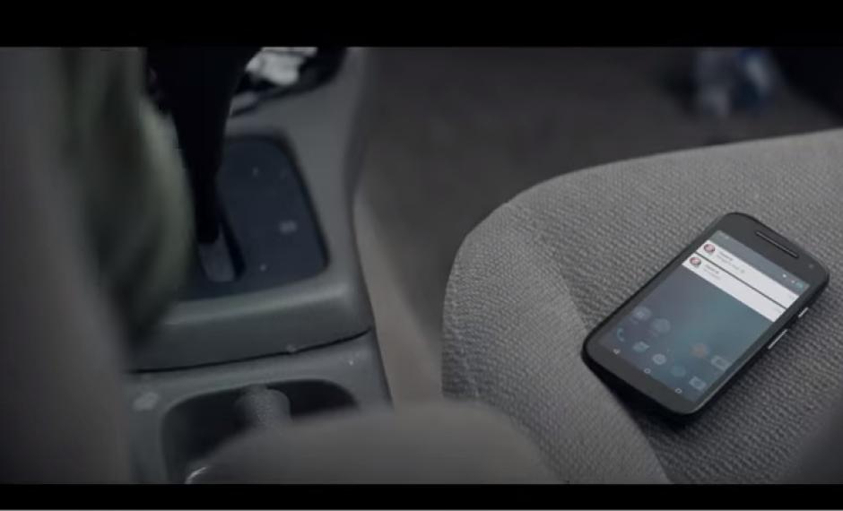 Muchos de los accidentes en la actualidad ocurren porque los conductores se distraen con estos dispositivos. (Captura Youtube)