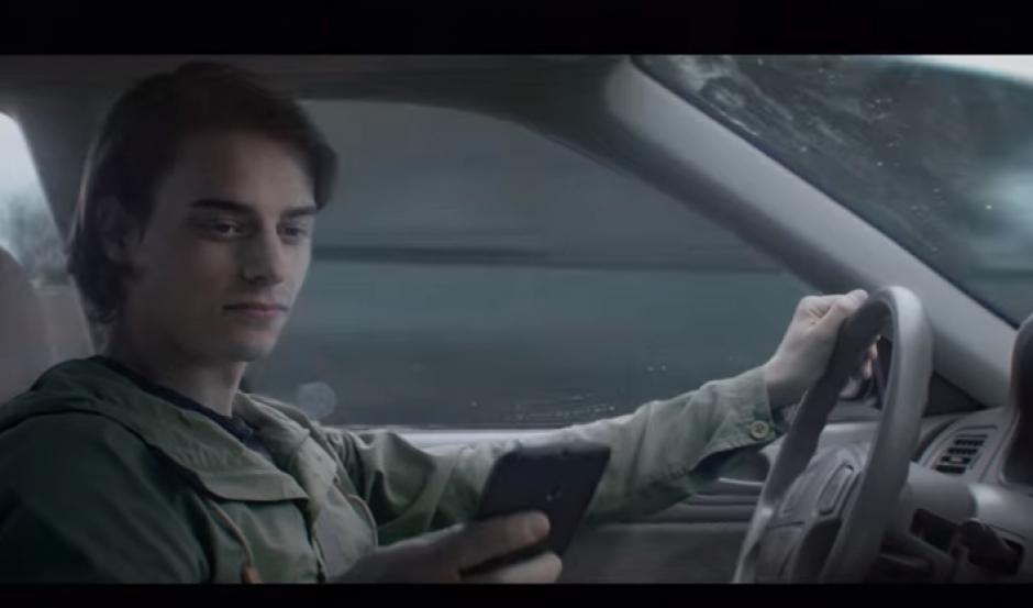 El conductor pierde la concentración de su camino y le ocurre algo dramático. (Captura Youtube)