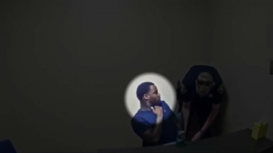 El hombre se fija en la pistola del agente. (Foto: Captura de Pantalla/Youtube)