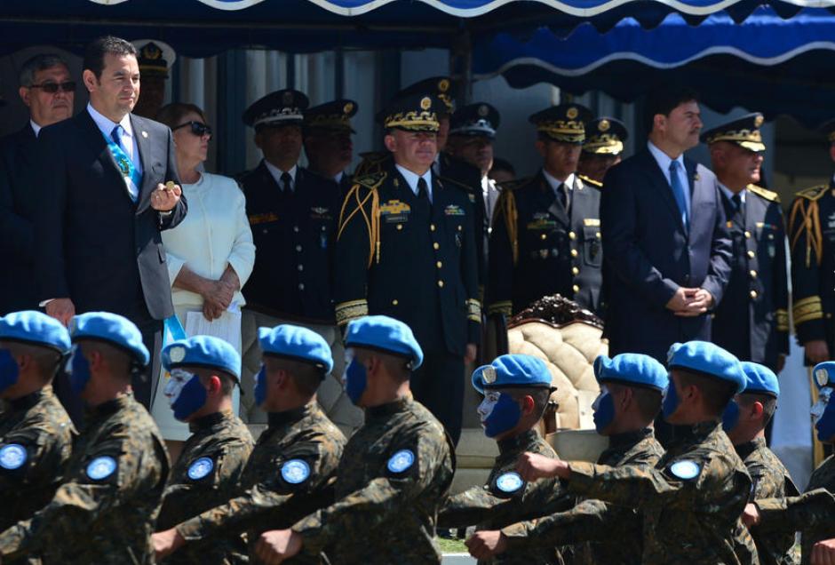 Con un desfile recibieron al mandatario las fuerzas armadas. (Foto: Archivo/Soy502)