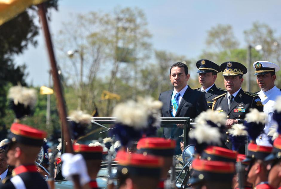 El presidente Jimmy Morales durante el saludo al Ejército a inicios de su mandato. (Foto: Archivo/Soy502)