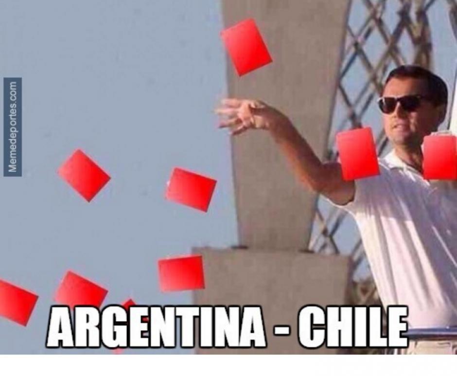 Las tarjetas del árbitro Ever Lópes fueron para memes. (Foto: MemeDeportes)