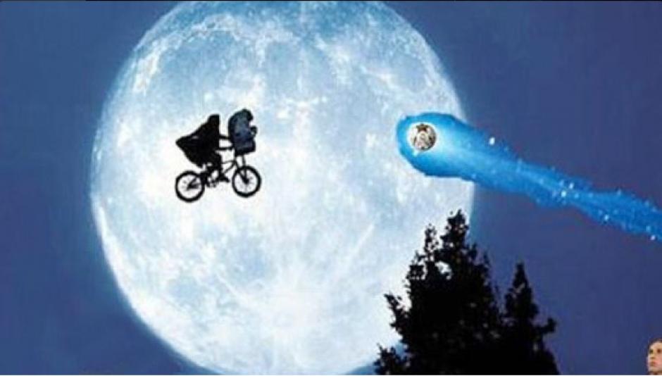 El balón pasó cerca de E.T. y casi lo bota de la bicicleta. (Foto: Twitter)