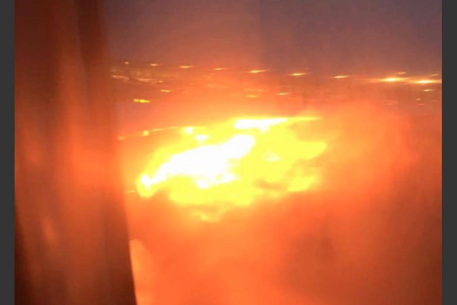 El ala de un avión se incendia. (Foto: premiummall.sg/Facebook)