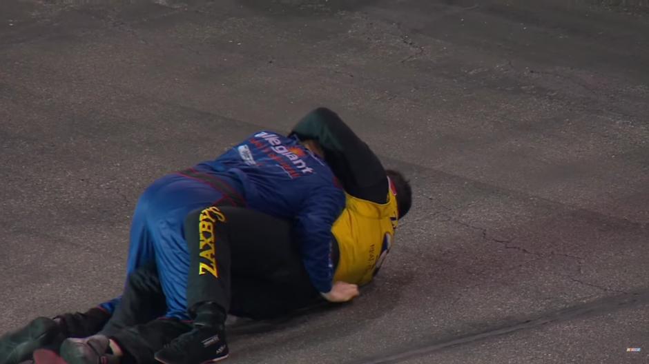 Se propinaron fuertes golpes y terminaron en el suelo. (Foto: Captura de Pantalla/Youtube)