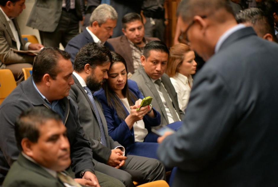 Los abogados aprovechan la audiencia para actualizar a sus defendidos respecto a diversos temas. (Foto: Wilder López/Soy502)