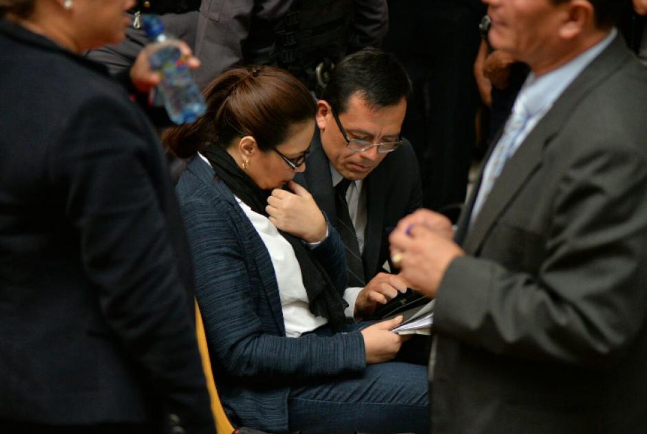 Un abogado muestra a Baldetti información en un dispositivo electrónico.  (Foto: Wilder López/Soy502)
