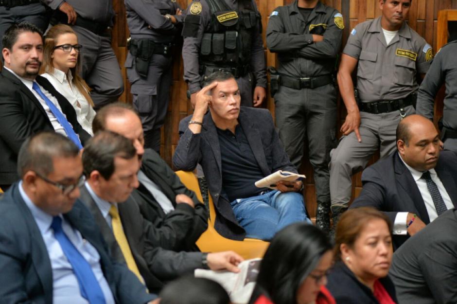 Juan de Dios Rodríguez y otros implicados llevan libros para entretenerse en las largas audiencias. (Foto: Wilder López/Soy502)