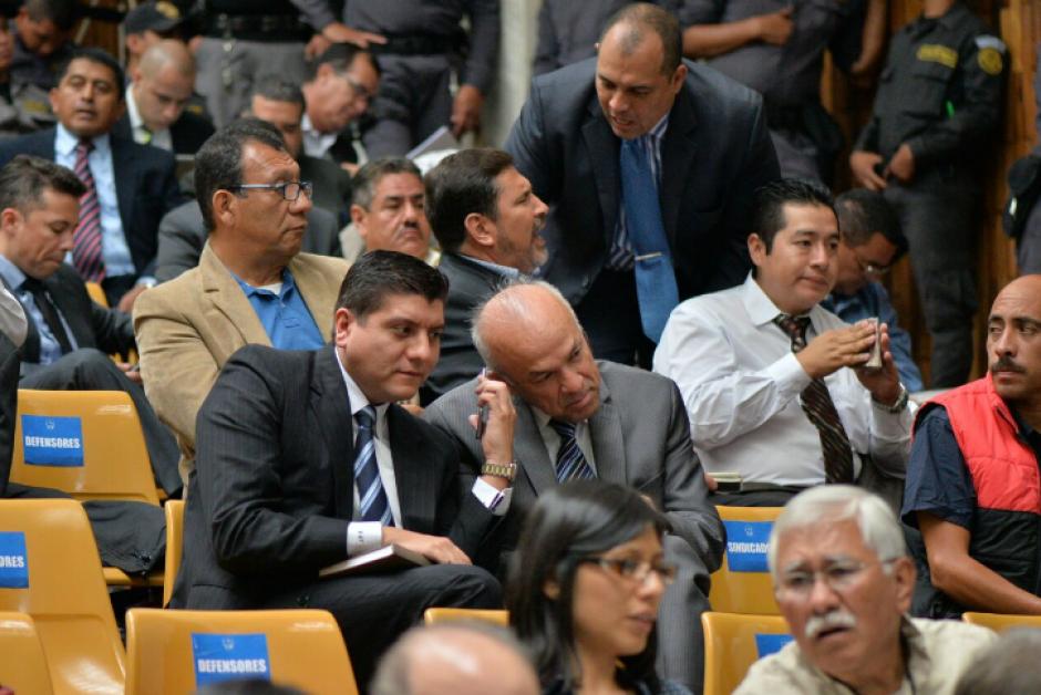 Mientras el exbinomio declaraba, los demás implicados conversaban, leían o tomaban apuntes. (Foto: Wilder López/Soy502)