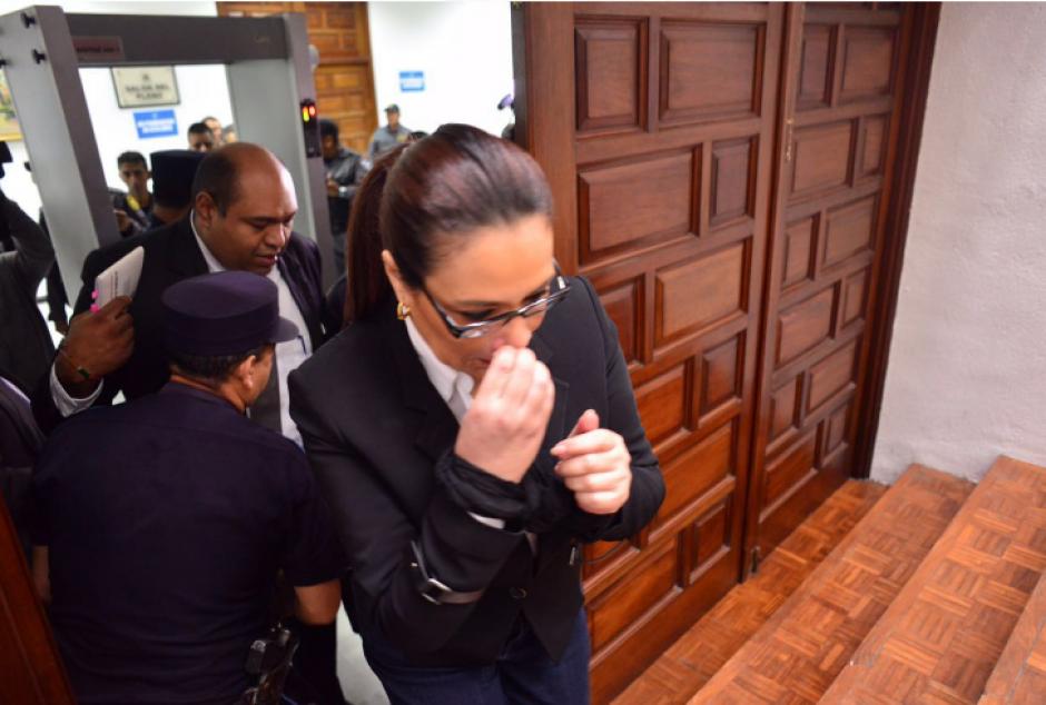 El abogado siempre la escolta a su ingreso y salida de las distintas audiencias. (Foto: Jesús Alfonso/Soy502)