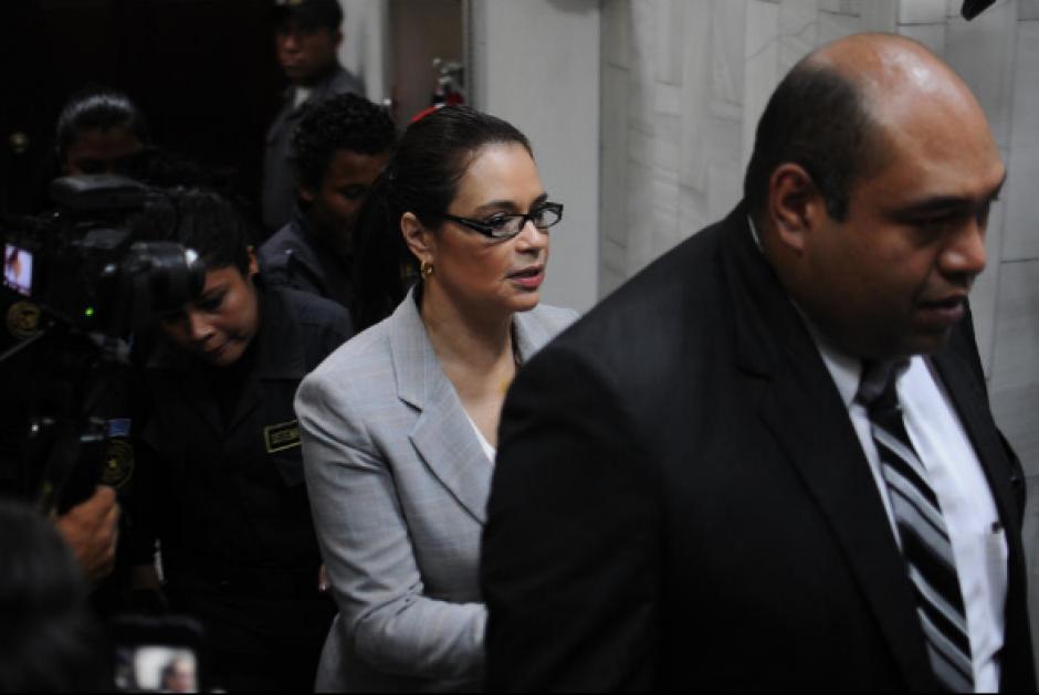 Estrada acostumbra a unirse a los guardias del SP para proteger a la exfuncionaria en sus llegadas a Tribunales. (Foto: Archivo/Soy502)
