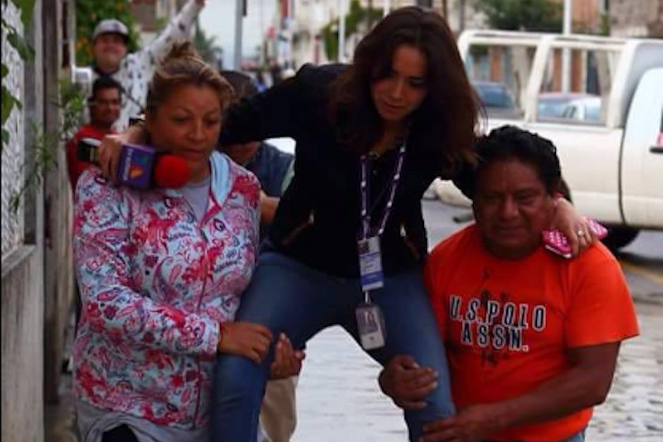 La reportera Lydia Cumming de TV Azteca Puebla fue captada cuando la cargaban para no mojarse los pies. (Foto: Twitter)