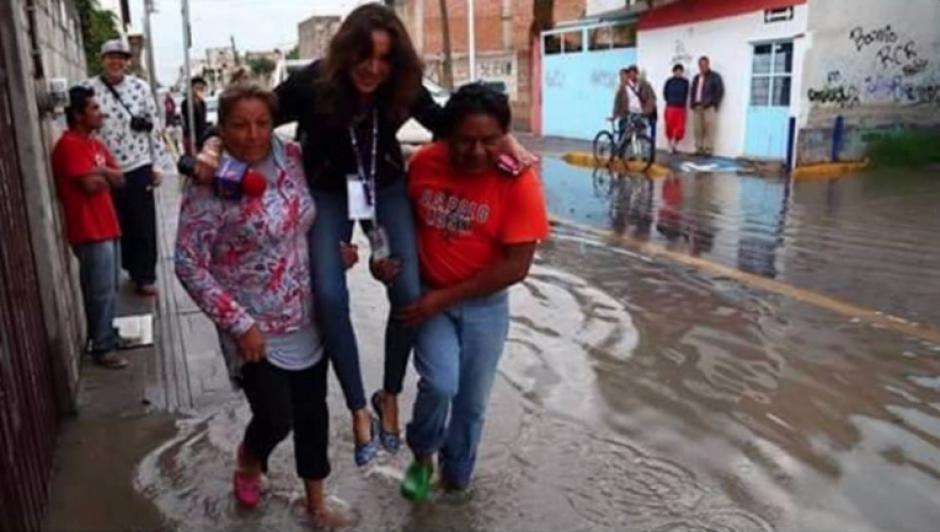 La periodista fue llevada así por los pobladores. (Foto: Twitter/@Cinemex)