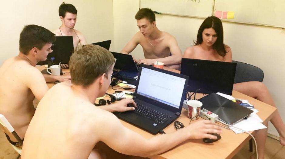 Los bielorrusos se están tomando fotos desnudos en el trabajo. (Foto: sopitas.com)