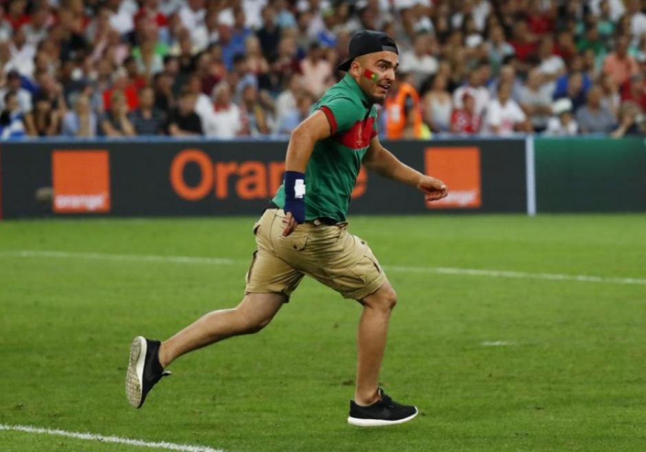 El fan de Ronaldo no logra su objetivo y corre en el campo.  (Foto: Marca.com)