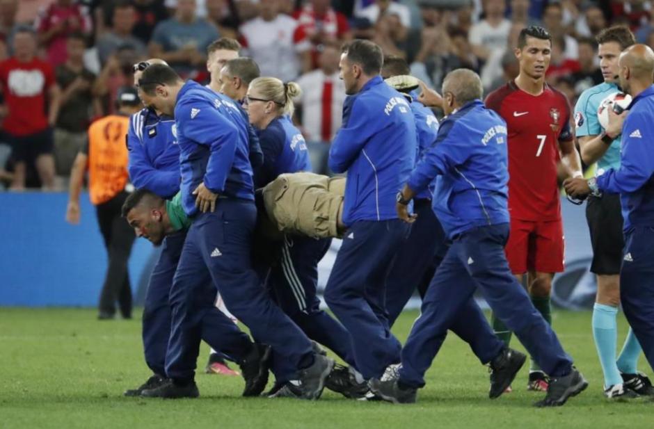 Las 11 personas se llevaron al aficionado fuera del Estadio.  (Foto: Marca.com)