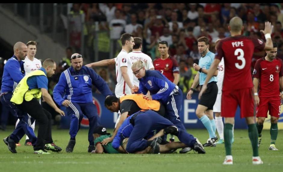"""Al menos 11 guardias llegaron para """"tacklearlo"""".  (Foto: Marca.com)"""