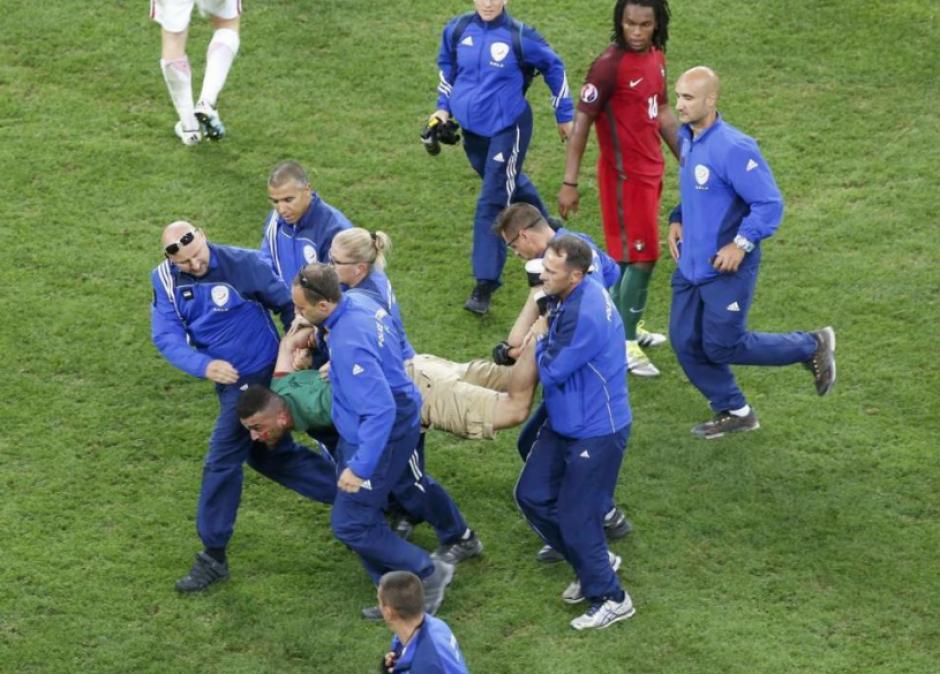 Cargado lo sacaron del recinto deportivo. (Foto: Marca.com)