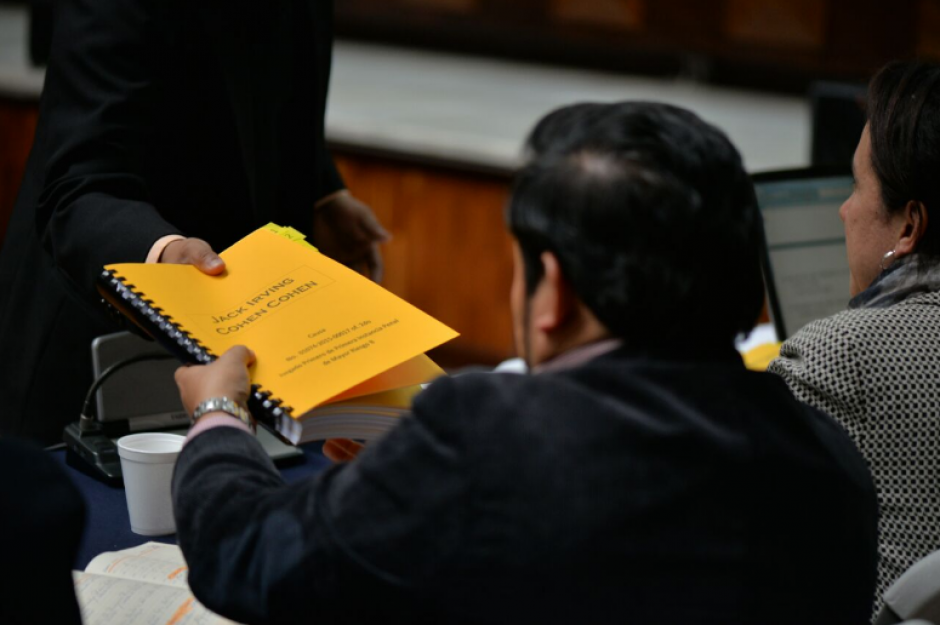 De León defiende a Jack Irving Cohen y se tomó la tarea de entregar folletos con las pruebas de descargo de su cliente. (Foto: Wilder López/Soy502)