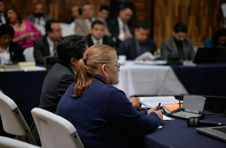 Maribel Berganza, quien fungió como subsecretaria de la SAAS, quiso sentarse junto a su abogado mientras la defendía. (Foto: Wilder López/Soy502)