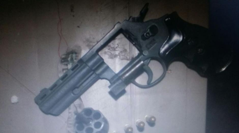 Entre los hallazgos resalta un revólver calibre 38 y seis cartuchos útiles. (Foto: DGSP)