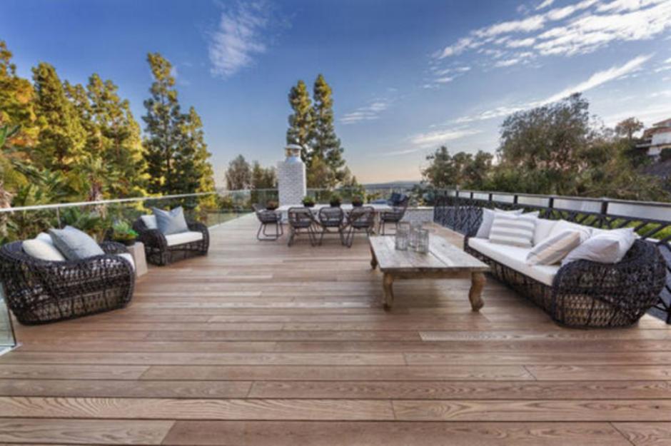 Los patios tienen piso de madera y una piscina. (Foto: ElSalvador.com)
