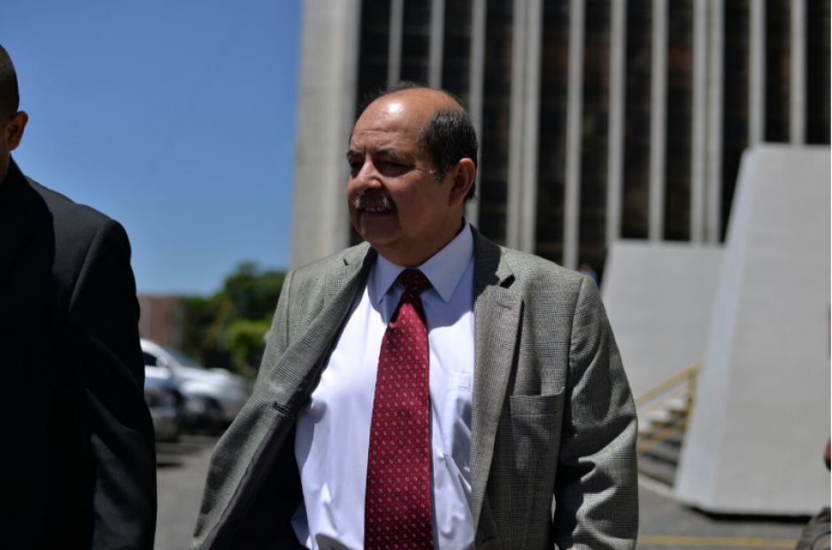El exlegislador Alfredo Rabbé acompañó al grupo que debería estar presente en una audiencia programada para este martes. (Foto: Wilder López/Soy502)