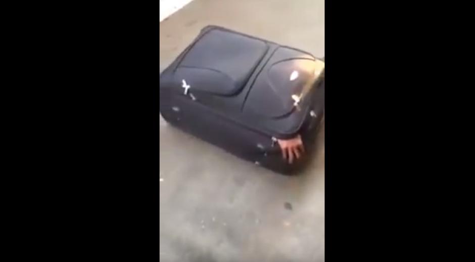 Los guardias fueron quienes localizaron al hombre escondido en el interior de la maleta. (Foto: Captura de YouTube)