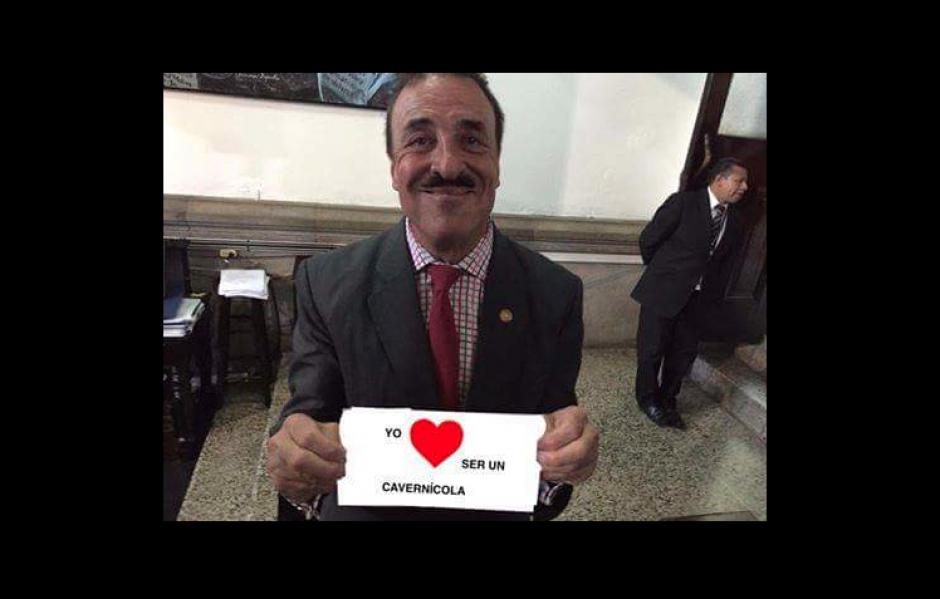 """La imagen original decía """"Yo Amo el Congreso de la República"""". (Foto: Twitter/@Multitaskgt)"""
