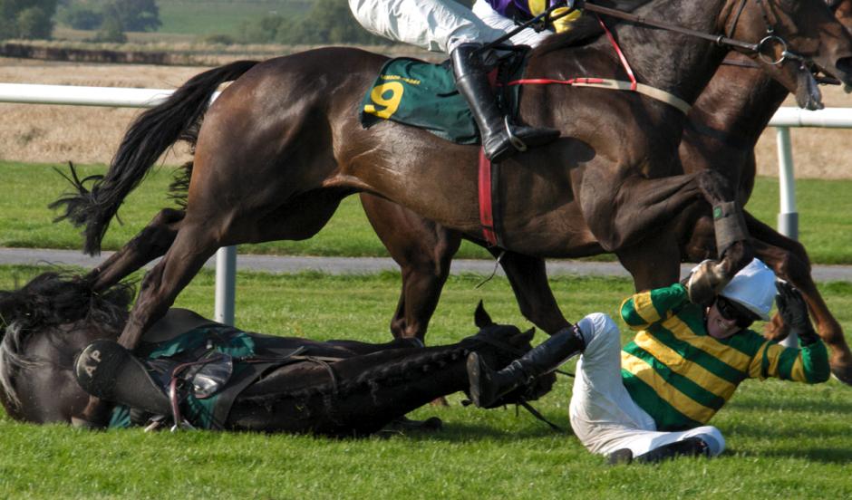 El jinete cayó de su caballo y luego fue atropellado por una ambulancia, quedando herido de la pierna, el tobillo y la mandíbula