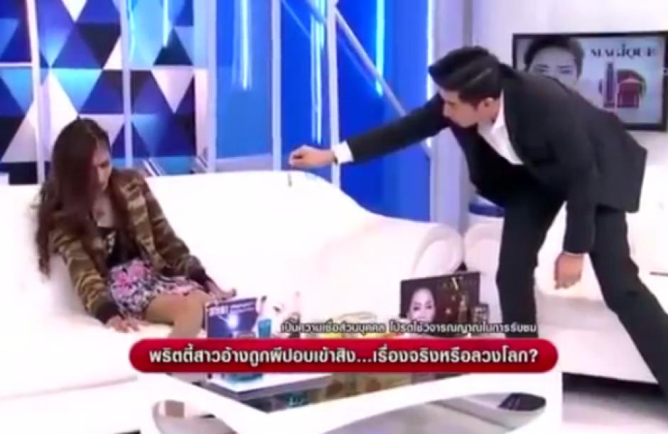 El entrevistador le acercó un dije que la asustó mucho. (Imagen: Captura de pantalla)
