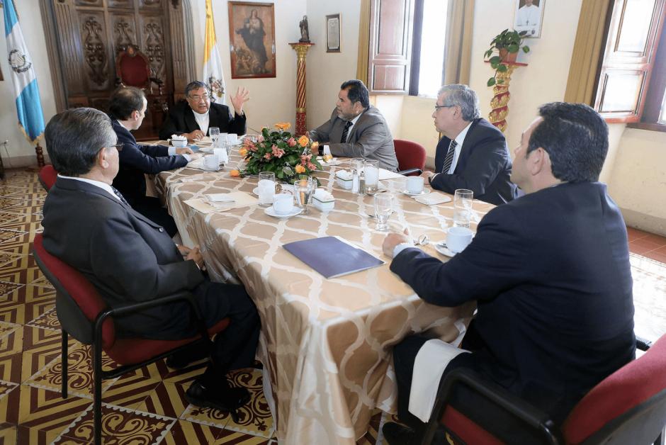 Según el vocero presidencial, los representantes de la Iglesia Católica no llegan a Casa Presidencial, pero Jimmy Morales los visita. (Foto: Presidencia)