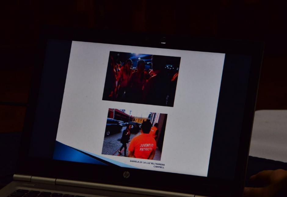 La defensa presentó fotografías de Daniela Beltranena como parte del partido Patriota. (Foto: Jesús Alfonso/Soy502)