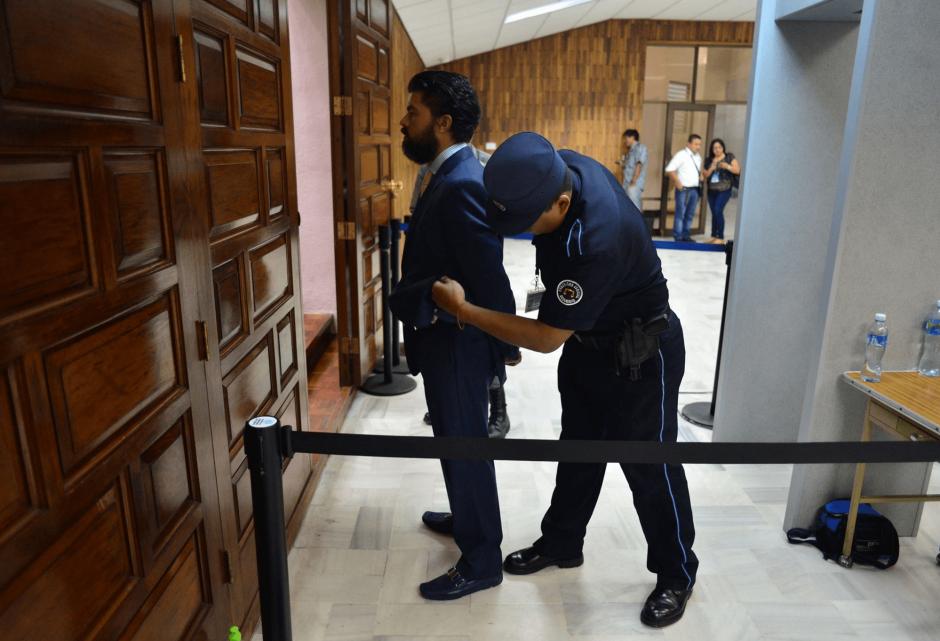Chévez es revisado a su llegada a la sala de audiencias. (Foto: Jesús Alfonso/Soy502)