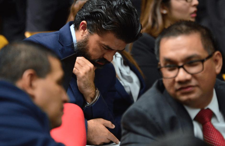 Chévez revisa sus anotaciones durante la audiencia. (Foto: Jesús Alfonso/Soy502)
