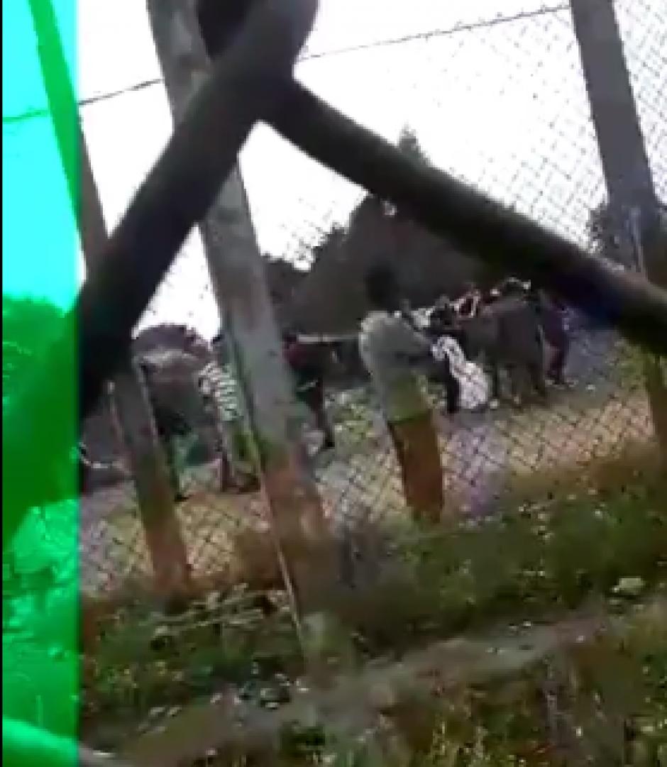 En parte del video se observa a algunos reos utilizando algún dispositivo que parece ser un teléfono móvil. (Foto: Captura de video de @ErickColop)