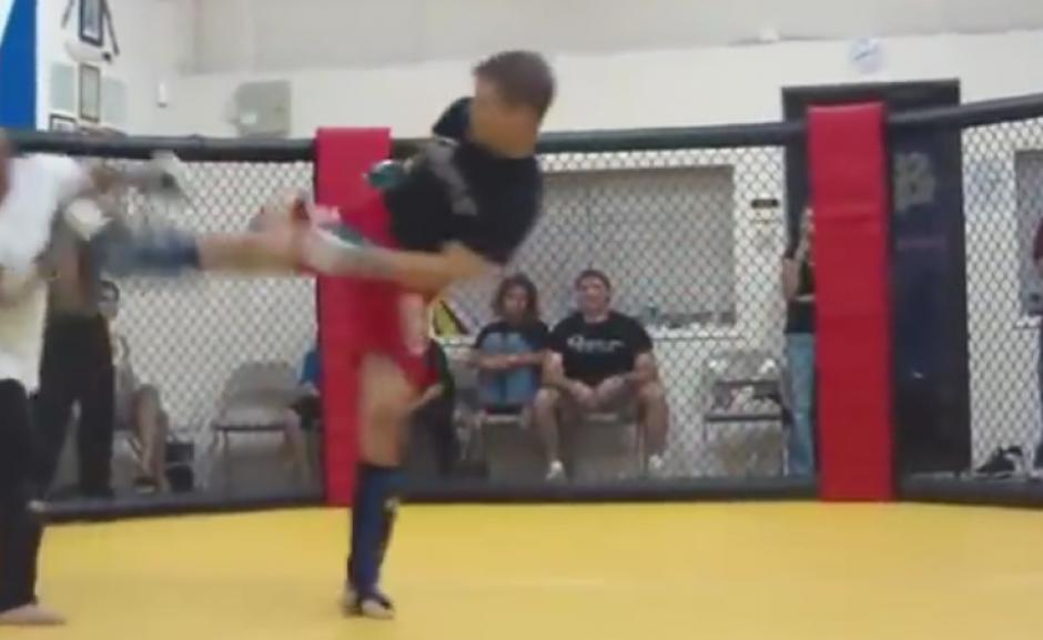El peleador callejero fue noqueado de una patada por el maestro de MMA. (Imagen: YouTube)