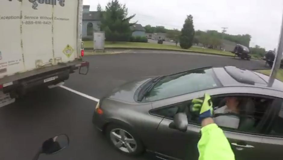 El hombre le explica a la conductora que infringió una norma. (Foto: Captura de YouTube)