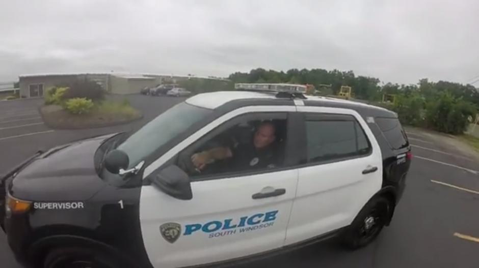 Como no obedece, acude a una patrulla en el lugar. (Foto: Captura de YouTube)