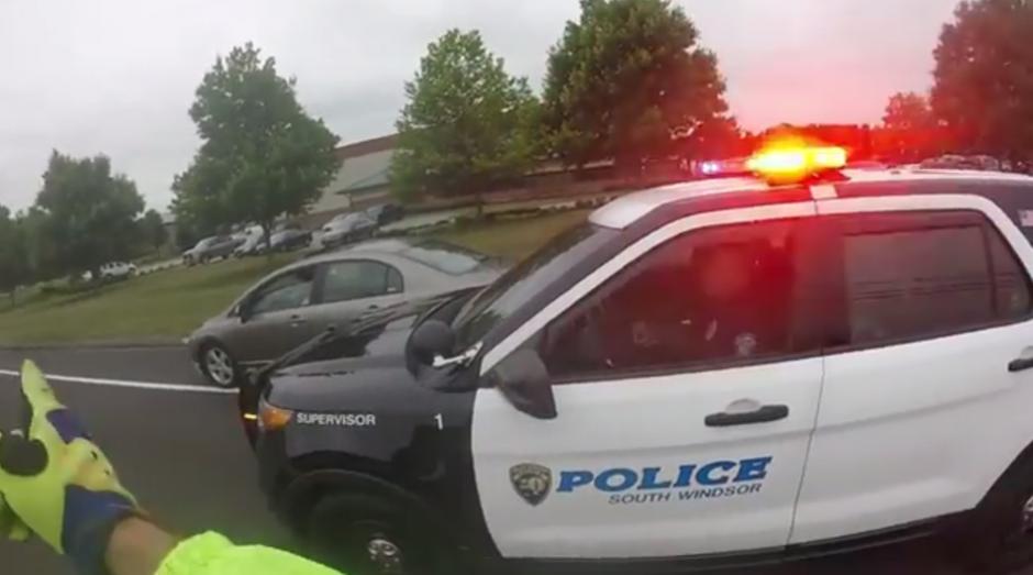 La policía multa a la mujer del auto. (Foto: Captura de YouTube)